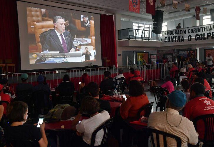 Los brasileños siguen atentamente la decisión del Supremo Tribunal Federal. Foto: AFP.