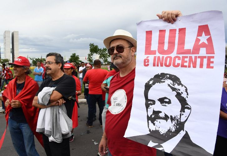 Este miércoles se registraron manifestaciones a favor y en contrade la libertad de Lula. Foto: AFP.