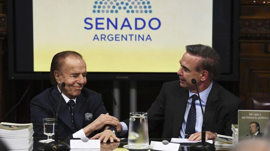 Carlos Saúl Menem y Miguel Ángel Pichetto en el Salón Arturo Illia del Senado.