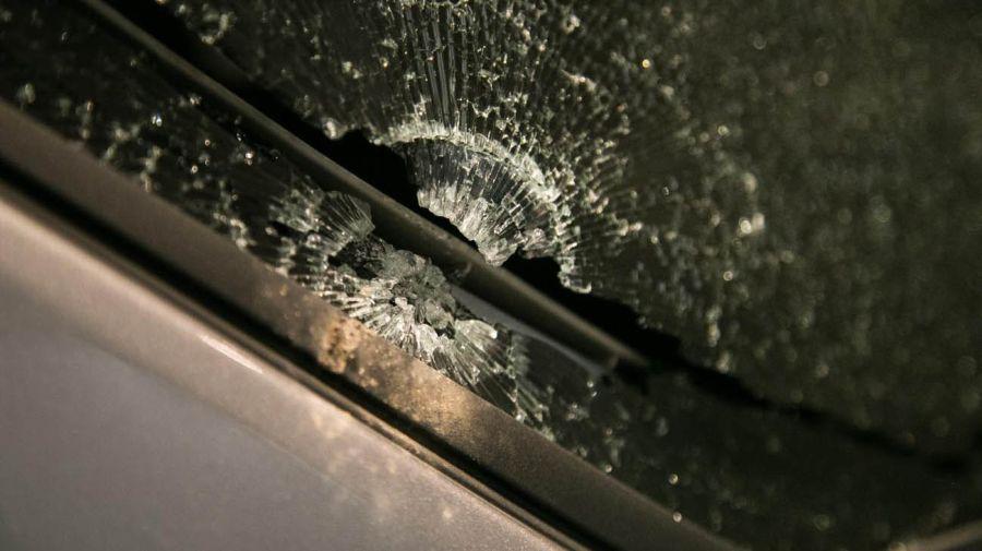 Aún no se sabe si lo que impactó con la camioneta fue una piedra o algún otro elemento
