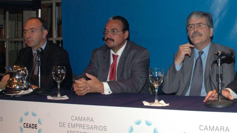 De izquierda a derecha: Ivanissevich junto a Daniel Cameron (exsecretario de Energía) y Julio De Vido, en un encuentro de la CEADE, en 2006. Foto: Noticias Argentinas (archivo)