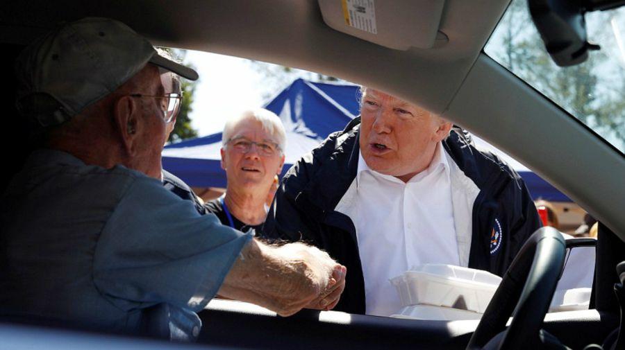 Donald Trump repartiendo alimentos a las victimas del huracán Florence.