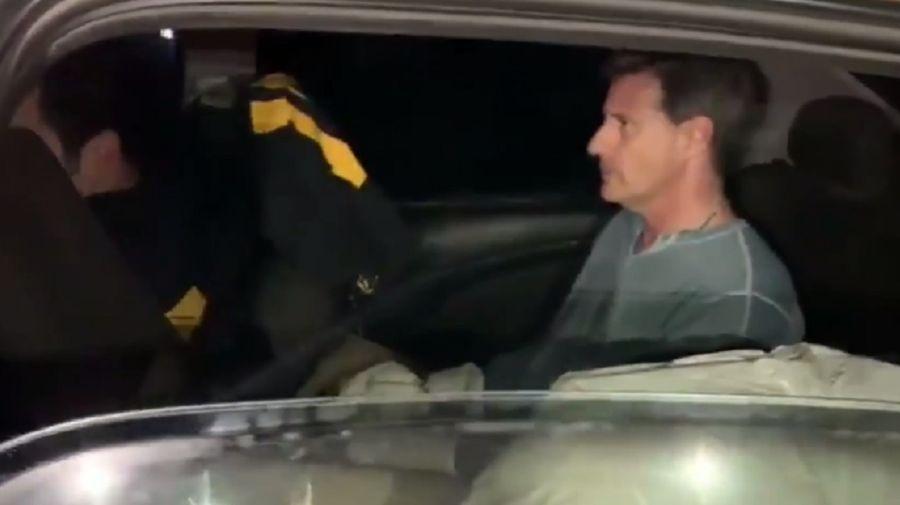 El hombre al momento de su detención.