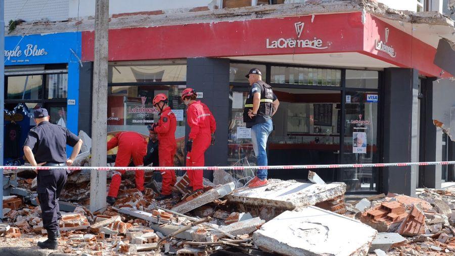 Bomberos y Defensa Civil trabajan en el lugar.
