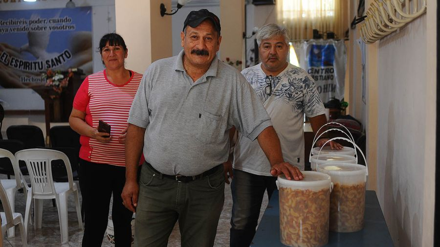 Reparto de comida en Rafael Castillo. Foto: Marcelo Silvestro.