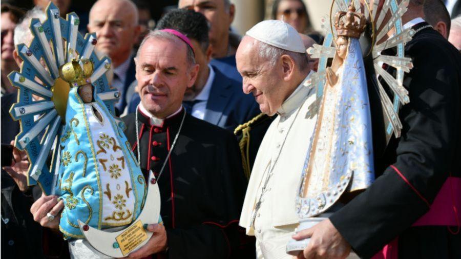 El papa Francisco con la imagen de la Virgen de Luján. Crédito: AFP