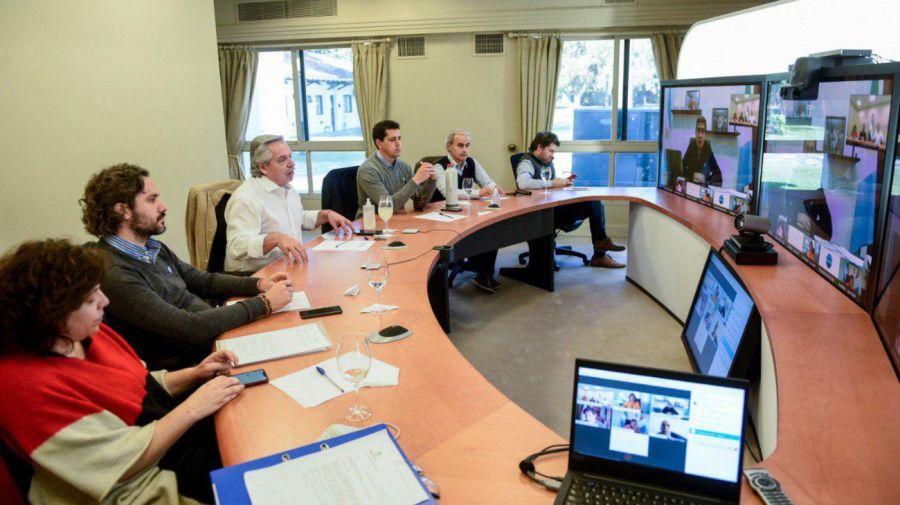 Alberto Fernández y sus funcionarios en videoconferencia con gobernadores