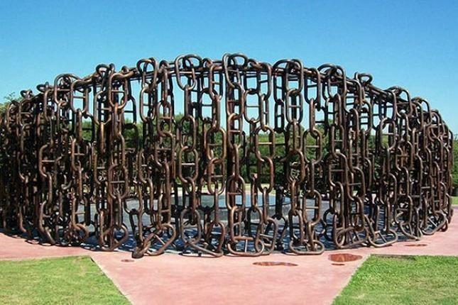 Monumento a las cadenas de Vuelta de Obligado.