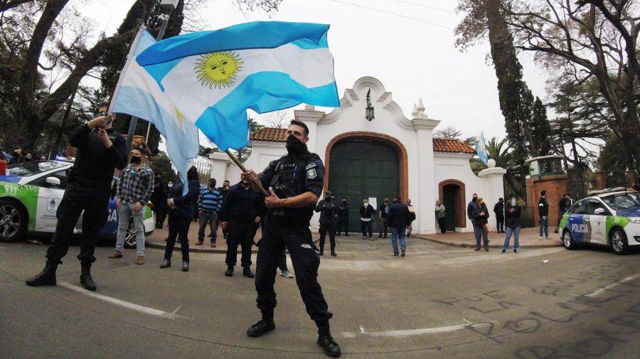 Protesta de la Policía Bonaerense frente a la Quinta de Olivos.