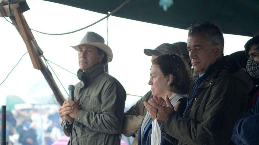 Familia Etchevehere: Juan Diego, Leonor y Luis Miguel, en el banderazo contra la ocupación. Foto: Pablo Cuarterolo.