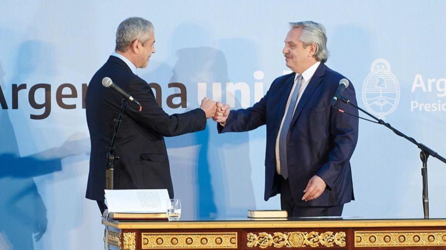 Alberto Fernández le toma juramento a Jorge Ferraresi, en noviembre de 2020.