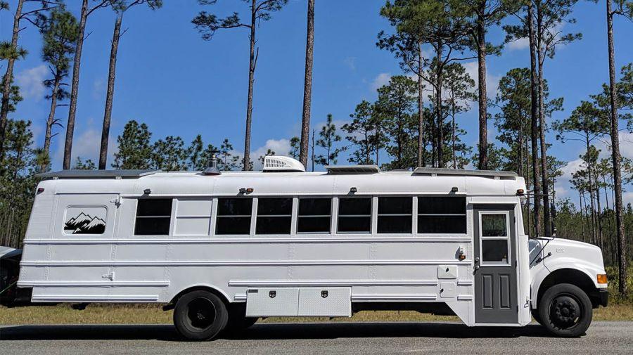 El autobús blanco de Priscilla y Robbie.