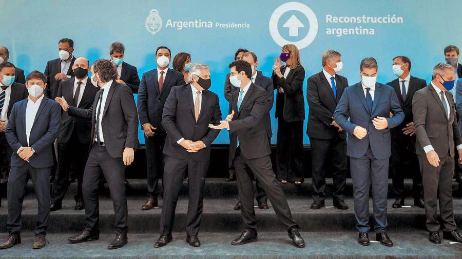 Alberto Fernández con los gobernadores en la firma del consenso fiscal. Foto: Cedoc.