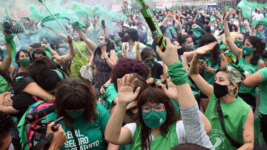 Festejos frente al Congreso tras la media sanción del aborto. Foto: Télam.