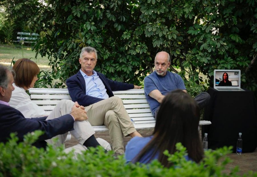 Patricia Bullrich, Mauricio Macri, y Horacio Rodríguez Larreta en una cumbre PRO. María Eugenia Vidal, presente por Zoom.