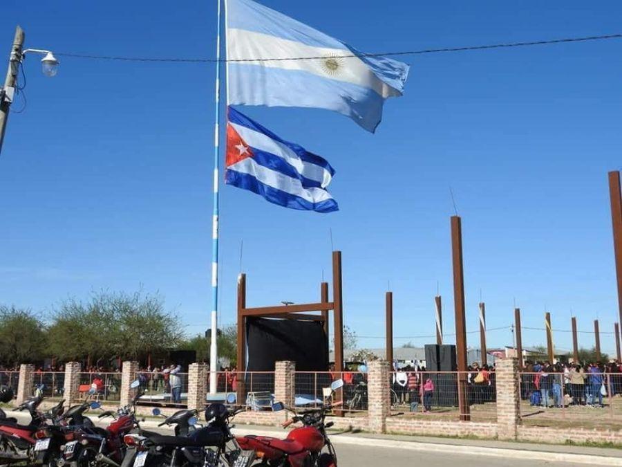 Habían izado la bandera argentina con la cubana.