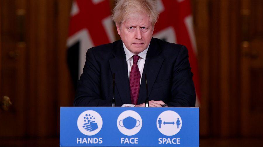 Boris Johnson en el anuncio del regreso a la cuarentena estricta. Foto: AFP.