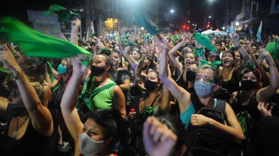 Festejos frente al Congreso tras la aprobación del aborto en el Senado  Foto: Marcelo Silvestro/Cedoc.