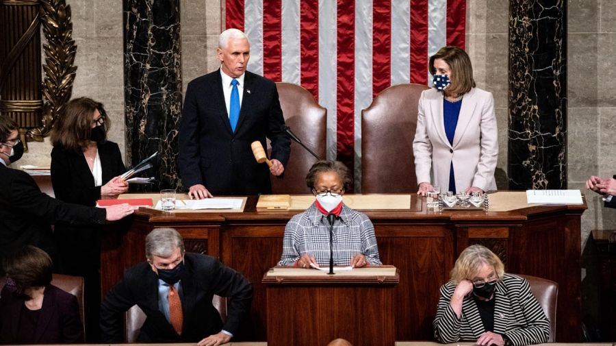 El asalto al Capitolio de Estados Unidos obligó a instalar un toque de queda en Washington DC.
