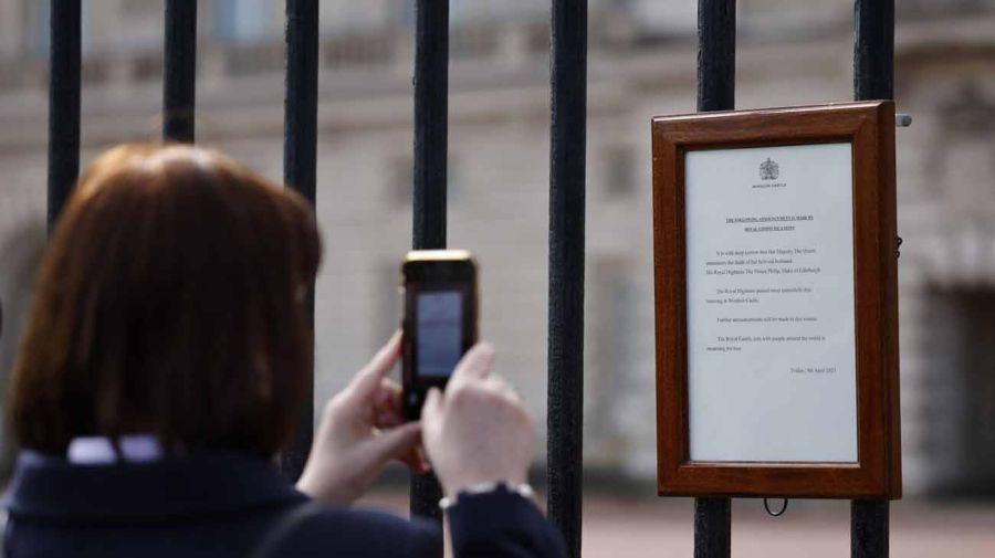 El comunicado de la corona británica en Londres. Foto: AFP.