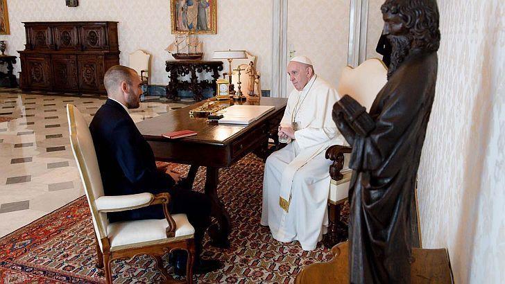 Martín Guzmán junto al Papa Francisco en su gira europea por la deuda externa
