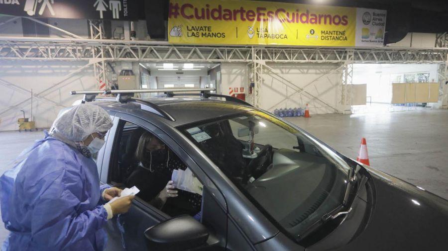 Vacunatorio vehicular en Costa Salguero.
