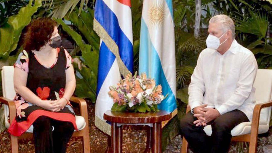 La ministra de salud, Carla Vizzotti, con el presidente de Cuba, Miguel Díaz Canel