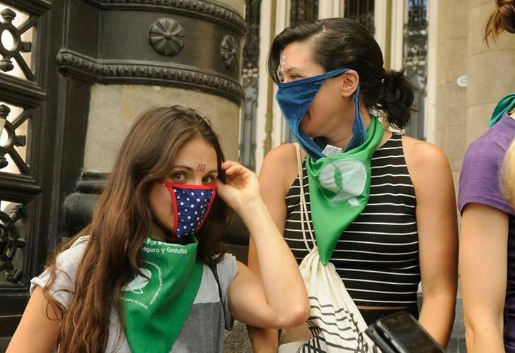 Mujeres trabajadoras de las artes escénicas se manifestaron frente al Teatro Colón.