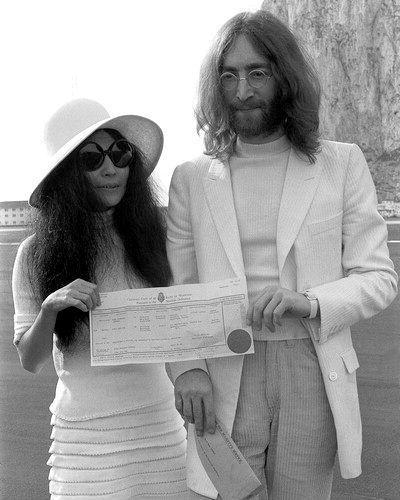 Foto del casamiento de John Lennon y Yoko Ono.