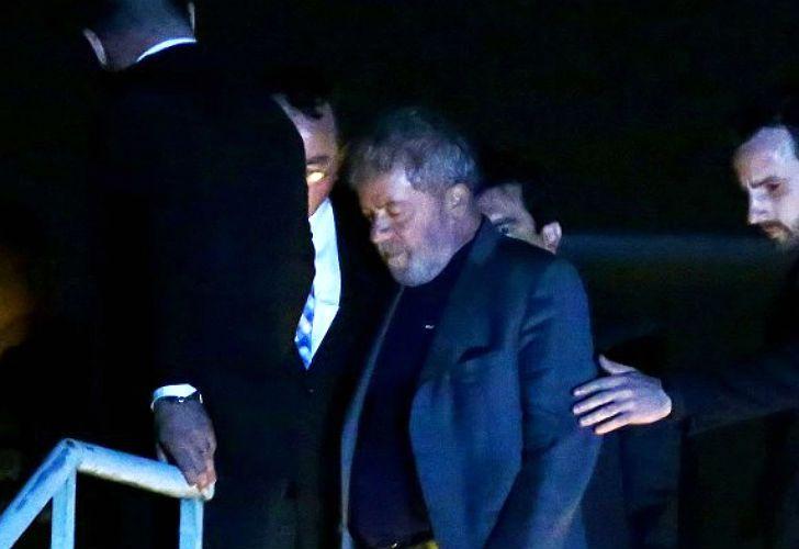 Lula, detenido al llegar a Curitiba.