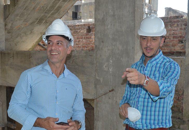 EN OBRA. Los funcionarios Manuel Ortega y Francisco Marchiaro.