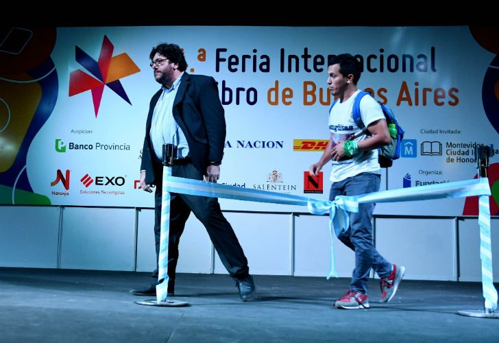 Una protesta bloqueó los discursos de los ministros de Cultura porteño y nacional, Enrique Avogadro Pablo Avelluto.