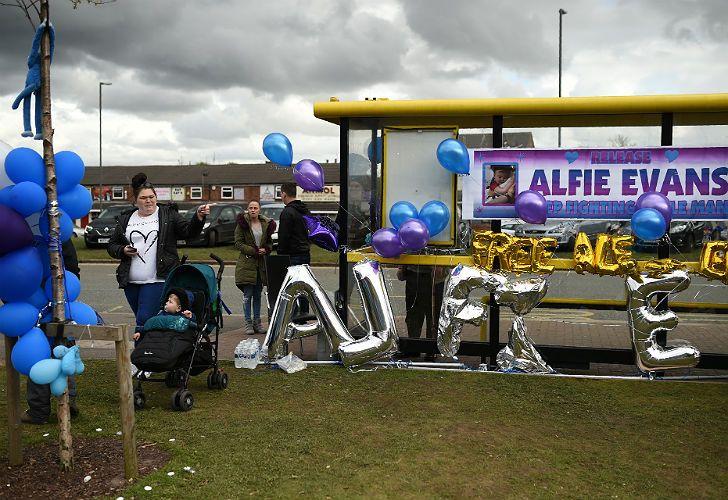 En muchos lugares hubo muestras de apoyo a la lucha de los padres de Alfie.