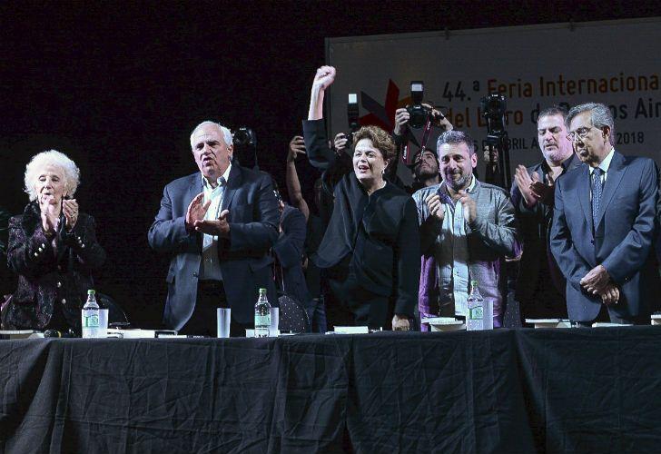 Dilma Rouseff junto Estela de Carlotto, Ernesto Samper, Victor Santamaria y Cuauhtemoc Cardenas durante la 44ª Feria del Libro de Buenos Aires.