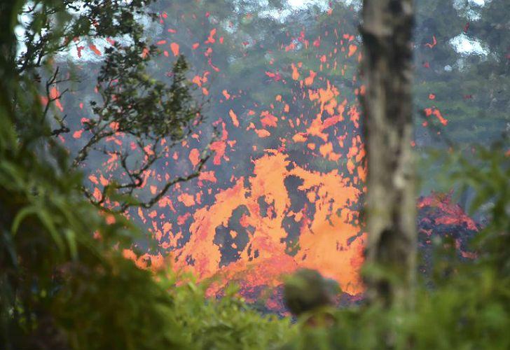 Una explosión de lava en una ladera hawaiana.