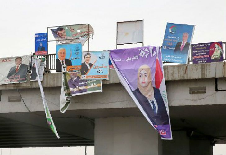 Carteles de campaña para las legislativas en Irak.
