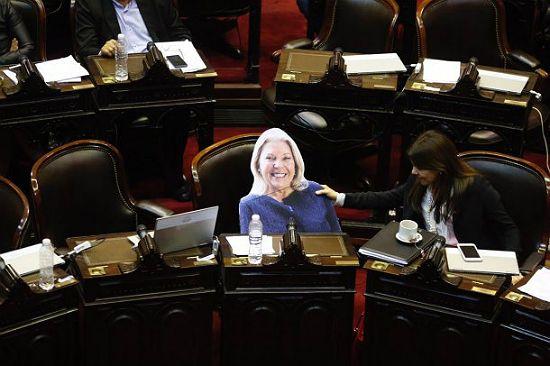 La gigantografía de Carrió en el debate en Diputados.