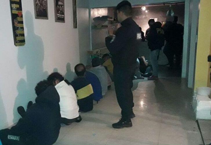 Oficiales de la Jefatura Departamental Quilmes identificaron a once masculinos, aparentes clientes del lugar, cinco mujeres víctimas y seis menores de edad.