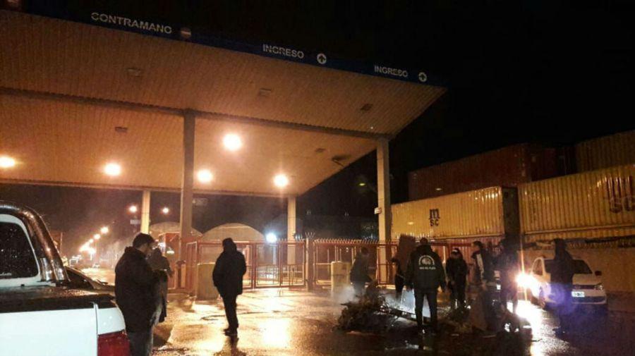 La Multisectorial F21 que encabeza el Sindicato de Camioneros cortó los accesos a las Terminales 2 y 3 del Puerto de Mar del Plata.