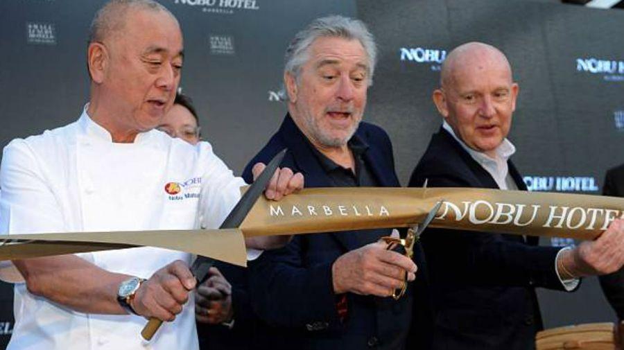 De Niro, en la inauguración con el chef Nobu y Trevor Horwell.