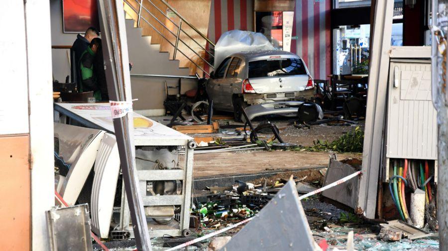 Un auto destruyó el frente de un bar y de una cámara de luz en el barrio porteño de Flores.
