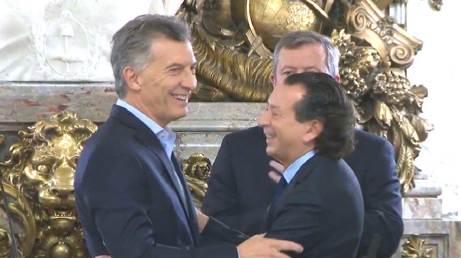 Dante Sica se abraza con Macri tras la jura.