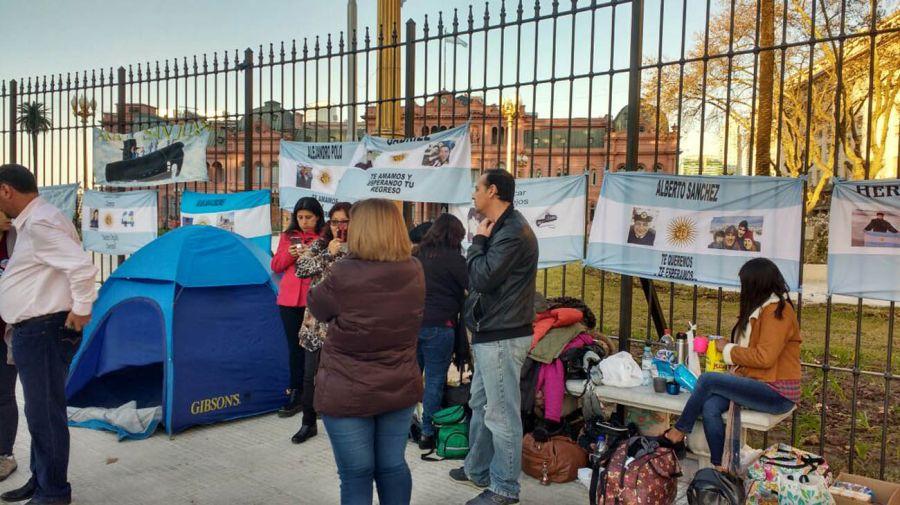 Familiares de los tripulantes del ARA San Juan siguen reclamando frente a Casa Rosada.