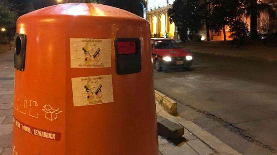 Los carteles en defensa de Nahir Galarza aparecieron en las inmediaciones de la Legislatura de Salta.
