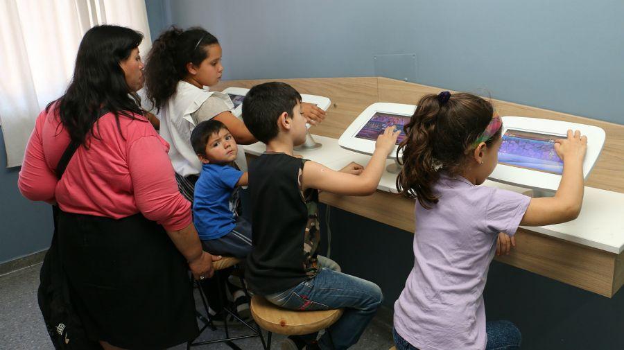 Tablets en la sala de espera de Odontología del Hospital municipal de San Isidro