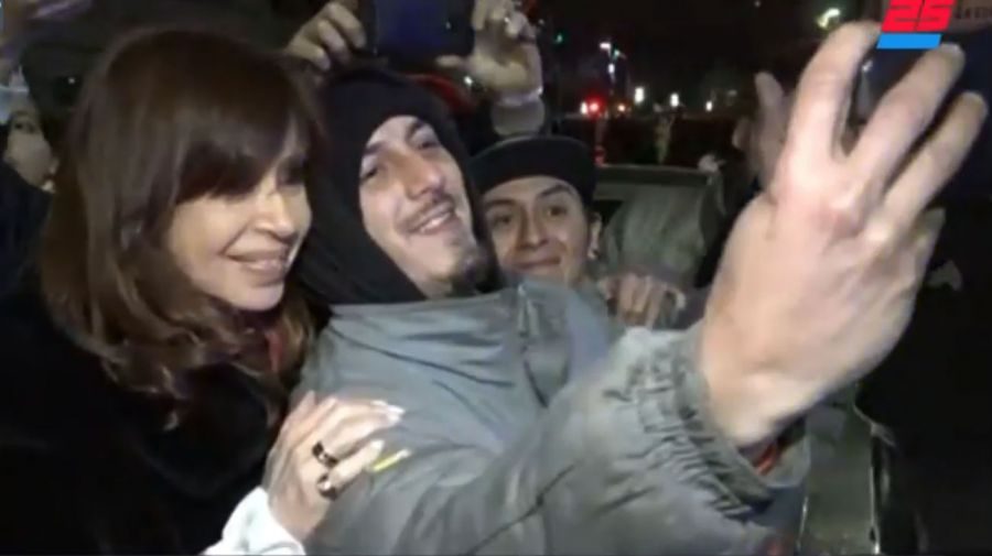 Al salir, CFK tuvo tiempo para algunas fotos con sus seguidores.