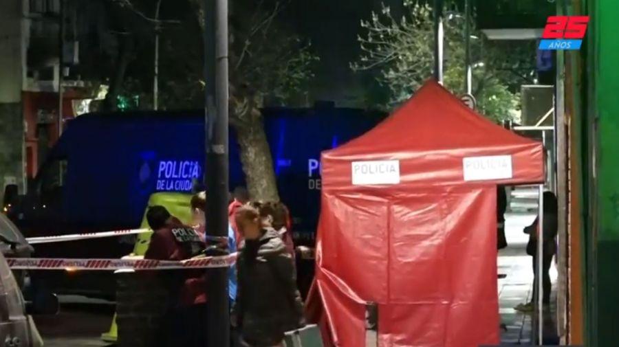 La policía científica realizó las pericias en San Luis, entre Agüero y Anchorena, en Once.