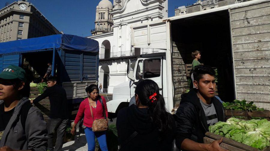 Feriazo en Plaza de Mayo: productores venden sus productos.