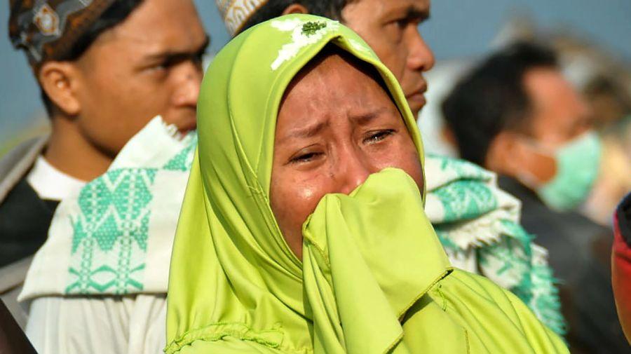 Una mujer llora desconsoladamente ante la tragedia en Célebes.