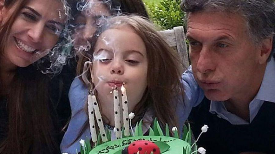 El 4º cumpleaños de Antonia: torta con una vaquita de San Antonio, amigos y familia en Tortugas.